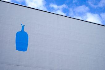 ブルーボトルと青い空